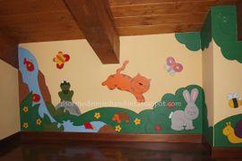 La cameretta con le pareti decorate con disegni di legno
