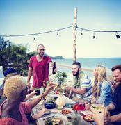 10 idee per organizzare una cena in estate originale