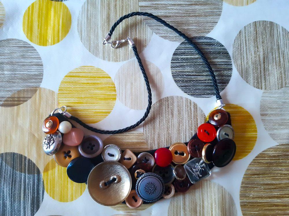 collana di bottoni creata a mano