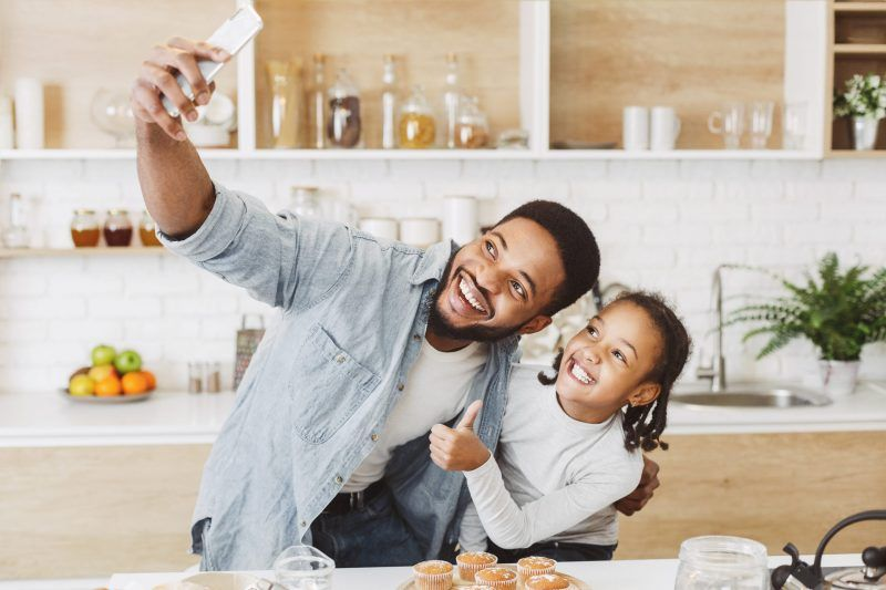 papa e bimba fanno selfie