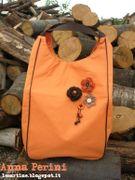 Fiori a uncinetto con schemi e tutorial per decorare le tue borse